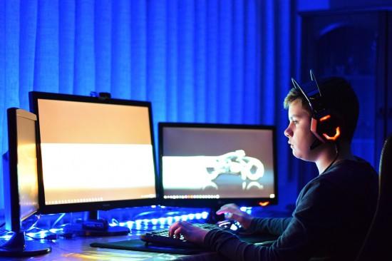 Wirtualne życie nastolatków – co Twoje dziecko robi w komputerze?